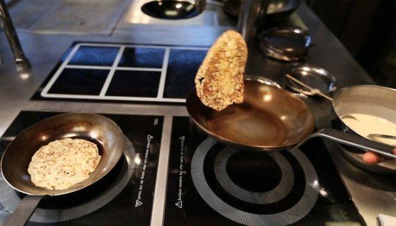 Переворачиваем подбрасывая на сковороде