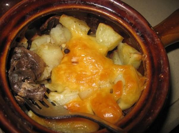 Тушеная картошка с грибами в горшочке