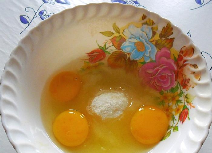 Добавляем в яйца, ванилин и соль